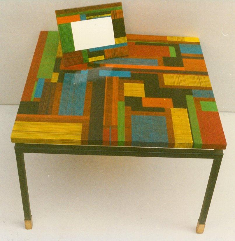 Tavolo in legno dipinto e cornice di metallo dipinta