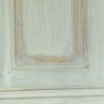 Particolare di armadio di legno decoupato in bianco