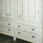 Armadio di legno decoupato in bianco
