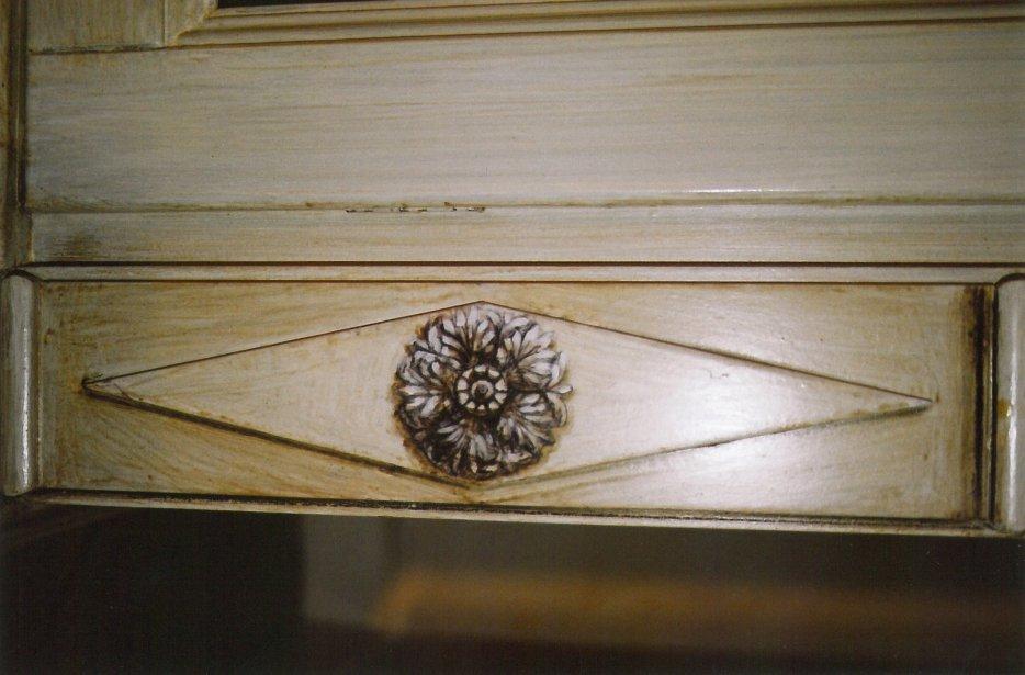 Particolare di una rosetta dipinta su una vetrina