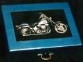 Trompe l'oeil di Harley Davidson su cassetta di legno