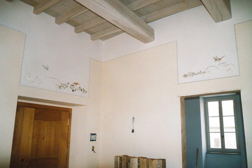 Pittura su muro sopraporte e cassettone dipinto